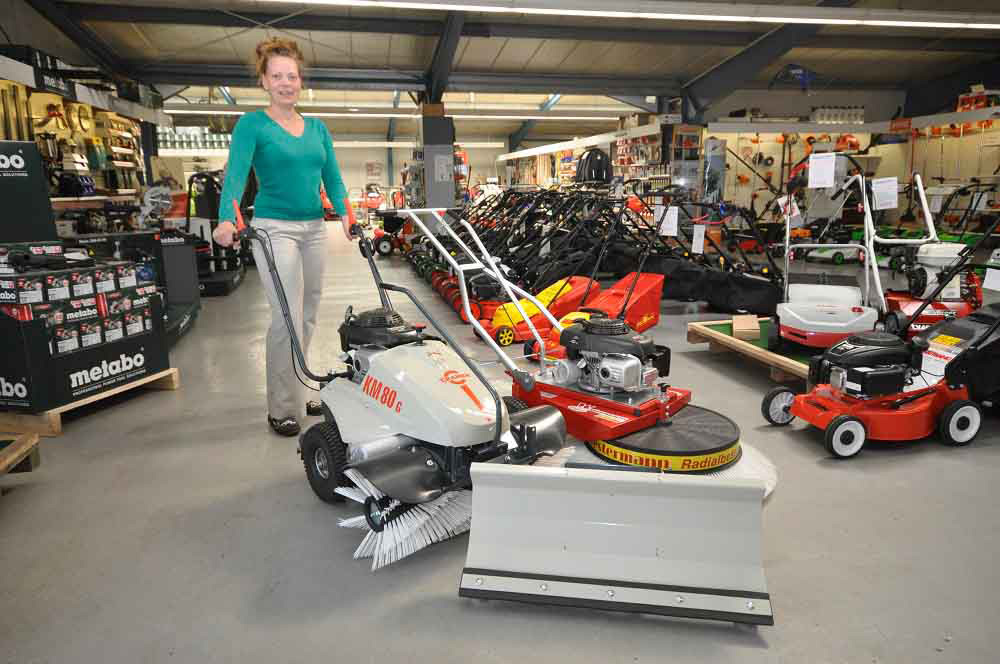 Eine Kehrmaschine kaufen unsere Kunden aus Papenburg, Bunde, Leer, Weener, Dörpen, Ihrhove, Westoverledingen, Emsland und Saterland bei Motorgeräte Sinningen.